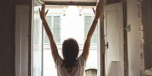 Mujer abriendo ventana