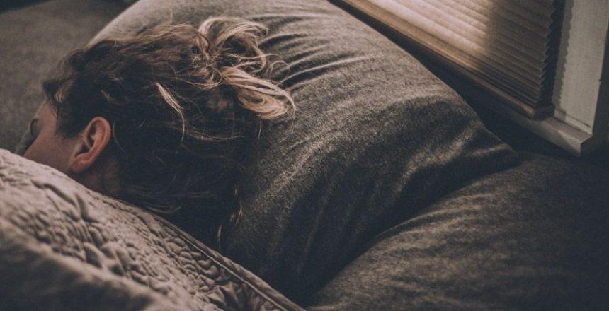 Mujer durmiendo bien y profundo